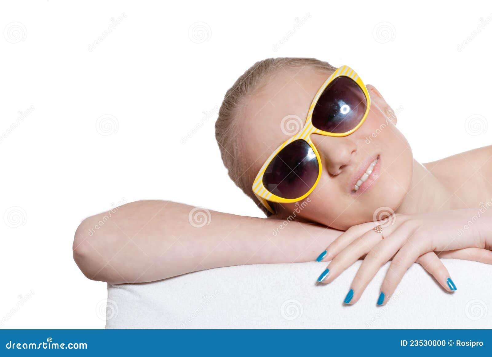 Härlig naturlig blond ung flicka med solglasögon