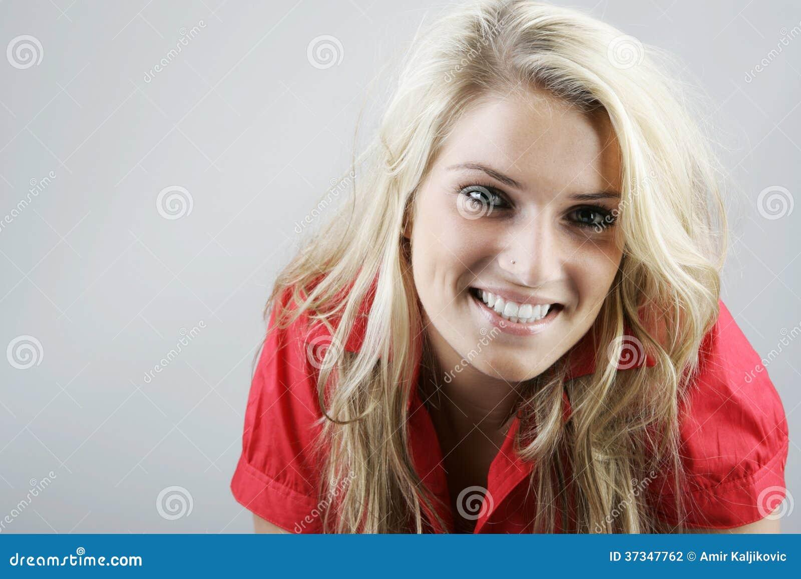Härlig naturlig le blond kvinna