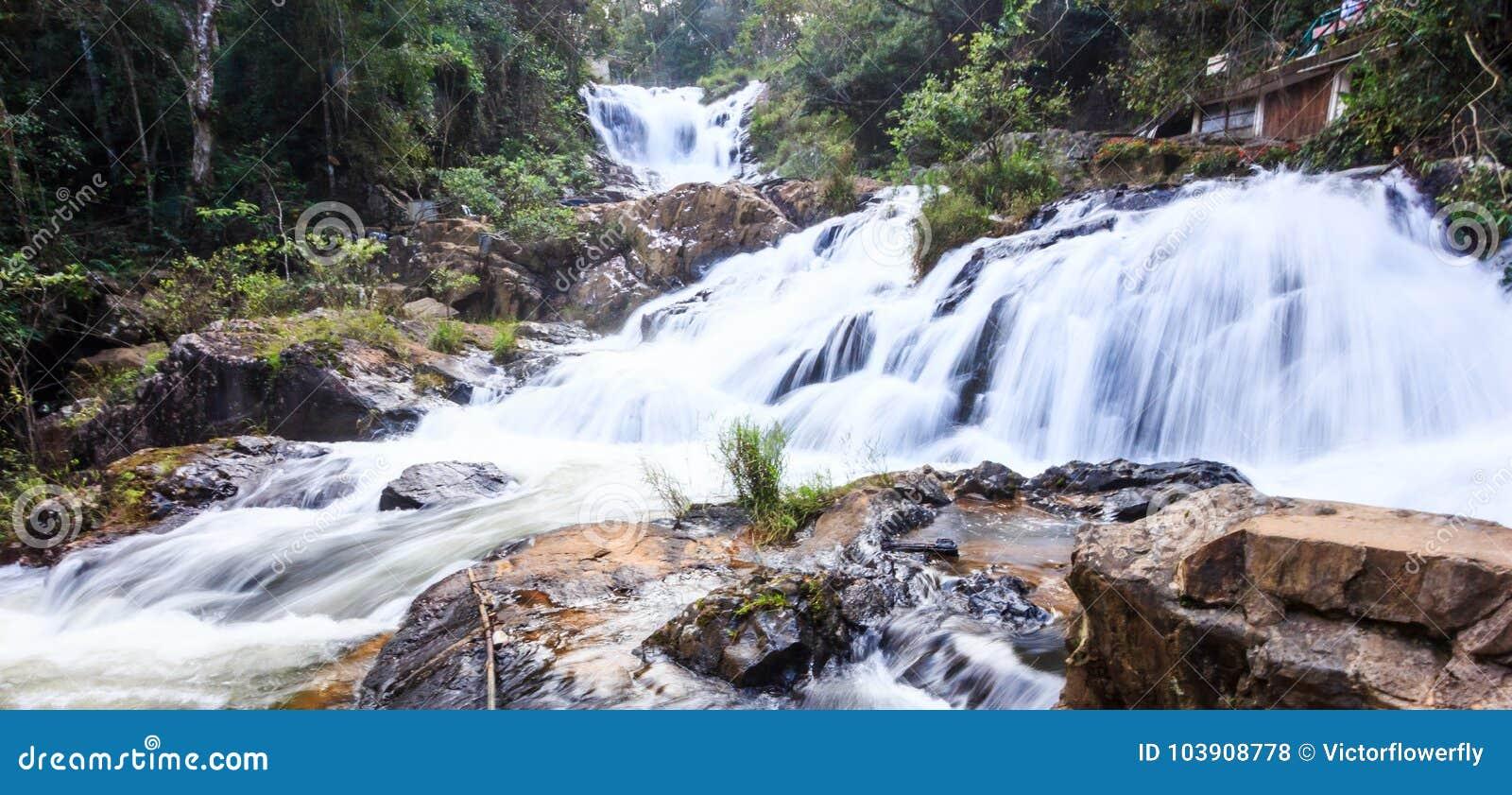 Härlig naturlig panorama- kaskadsikt av Datanla vattenfall, nära den Dalat staden, Vietnam, Asien