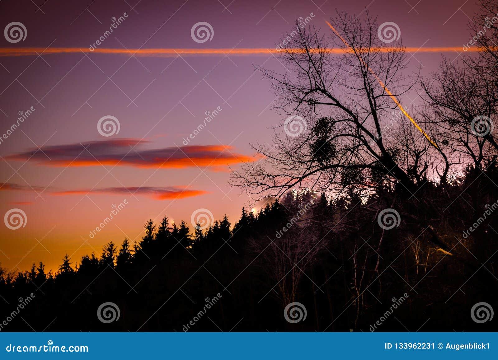 Härlig och romantisk solnedgång i det drömlika landskapet av Styria