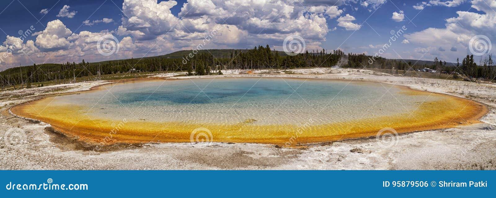 Härlig panorama av solnedgång sjön på den svarta sandhandfatet i den Yellowstone nationalparken