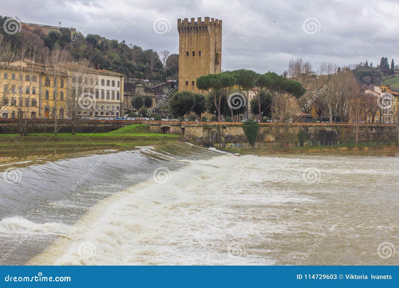 Härlig panoramautsikt av Arno River och staden av renässans Firenze Florence i Italien