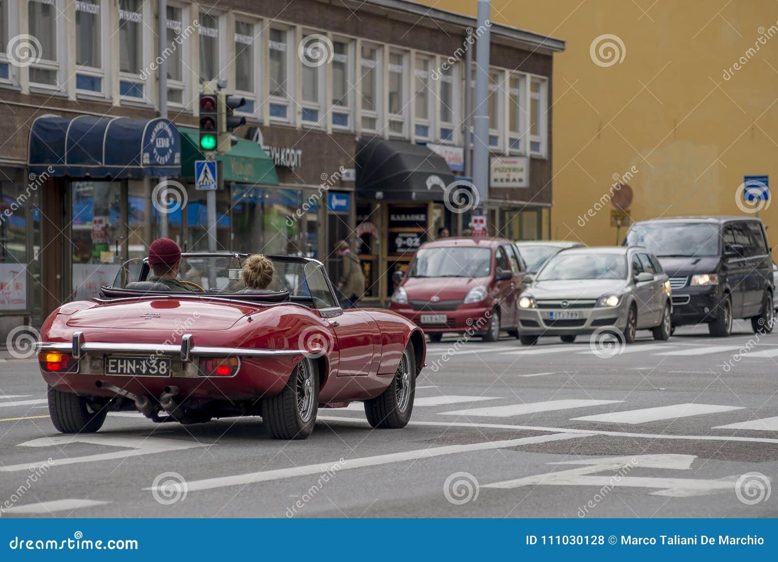 Härlig röd konvertibel bil på gatan i Turku, Finland