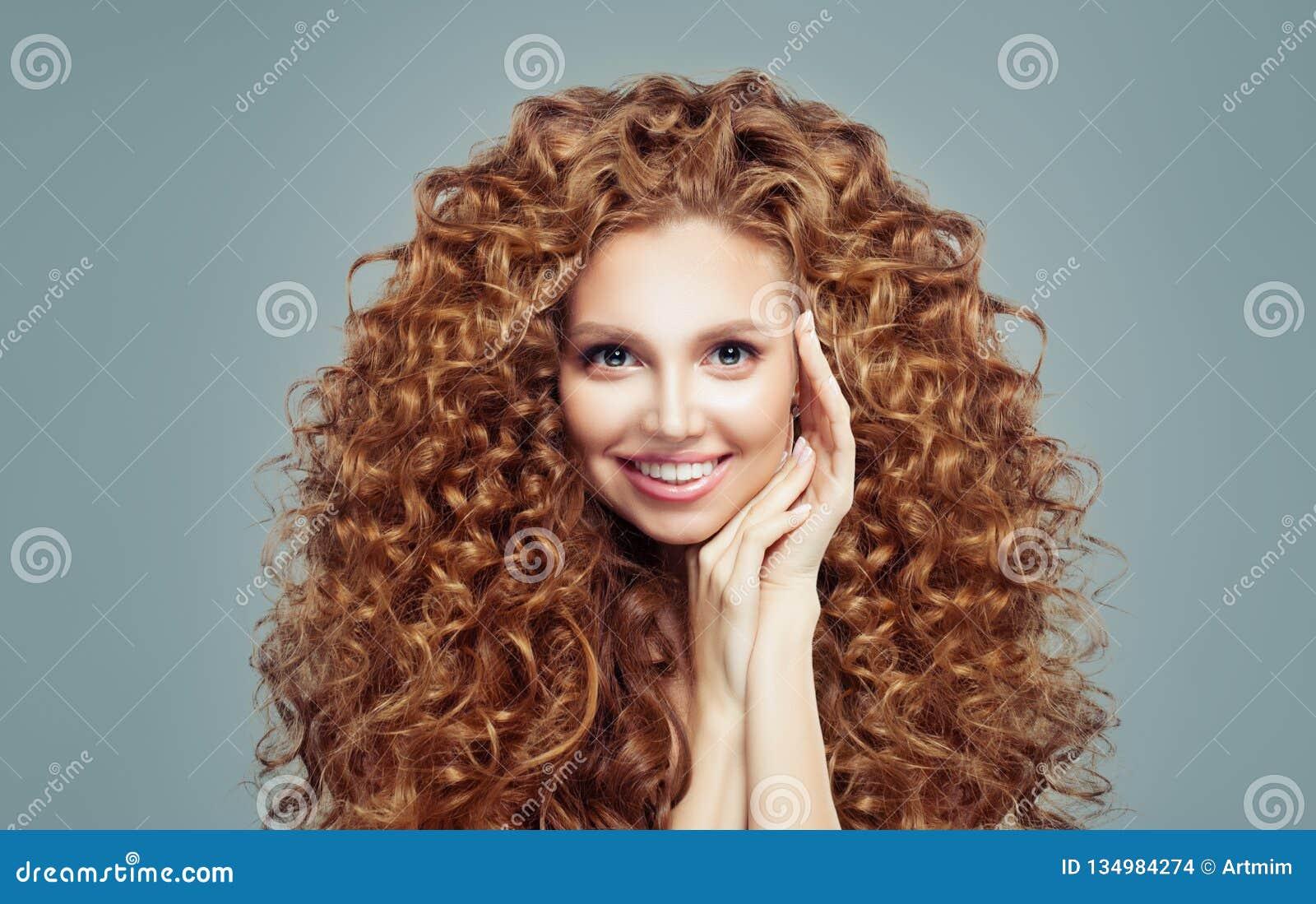 Härlig rödhårig mankvinna med långt lockigt hår som isoleras på vit Haircare begrepp