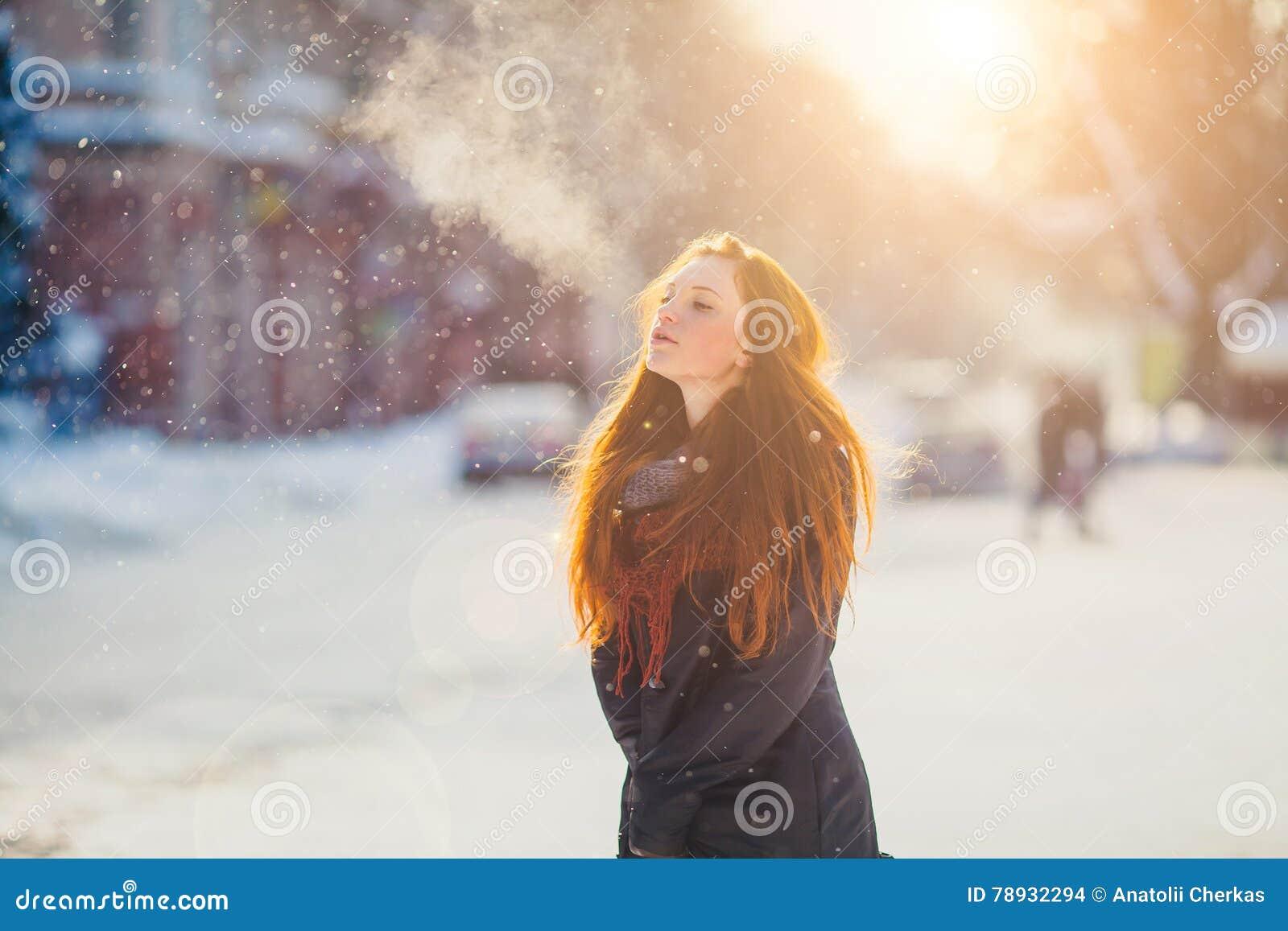 Härlig redhairflicka för stående i frostigt vinterväder