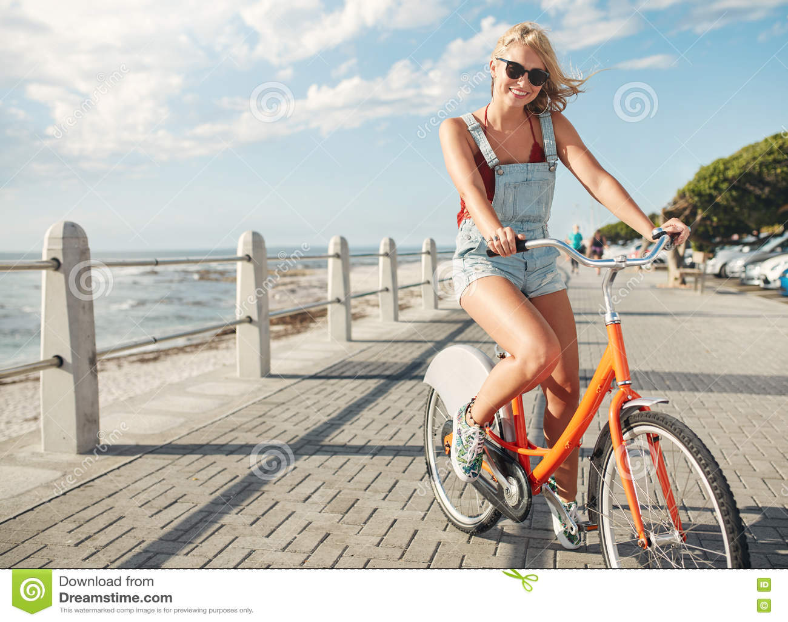 Härlig ridningcykel för ung kvinna på sjösidavägen