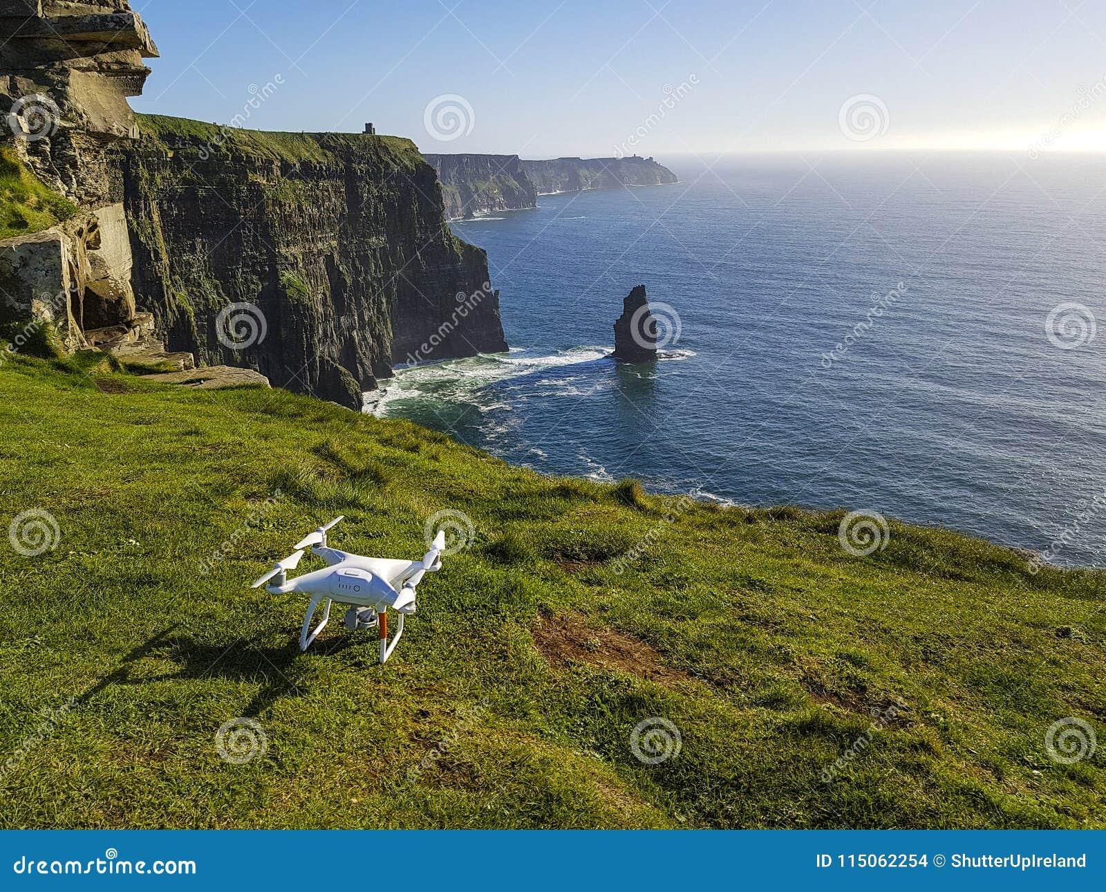 Härlig scenisk flyg- surrsikt av Irland klippor av Moher i ståndsmässiga Clare, Irland