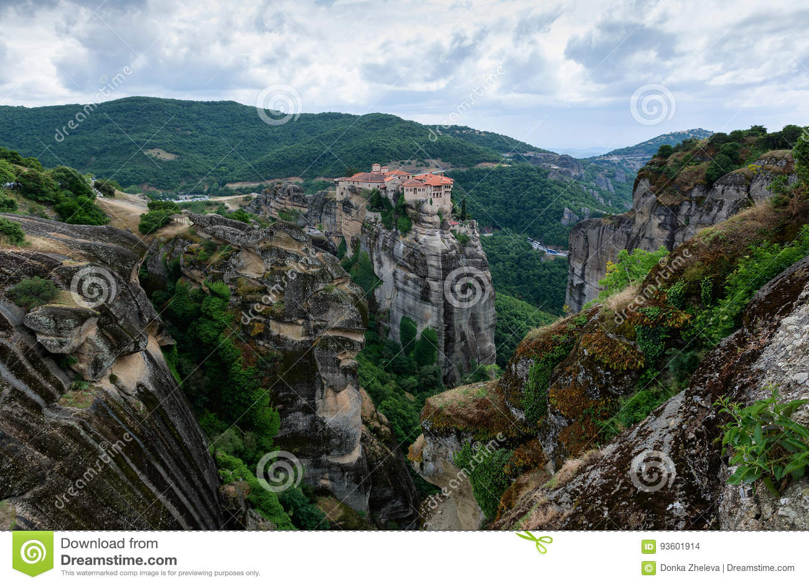Härlig scenisk sikt av Meteora kloster som byggs på naturliga konglomerade pelare, Grekland, Europa