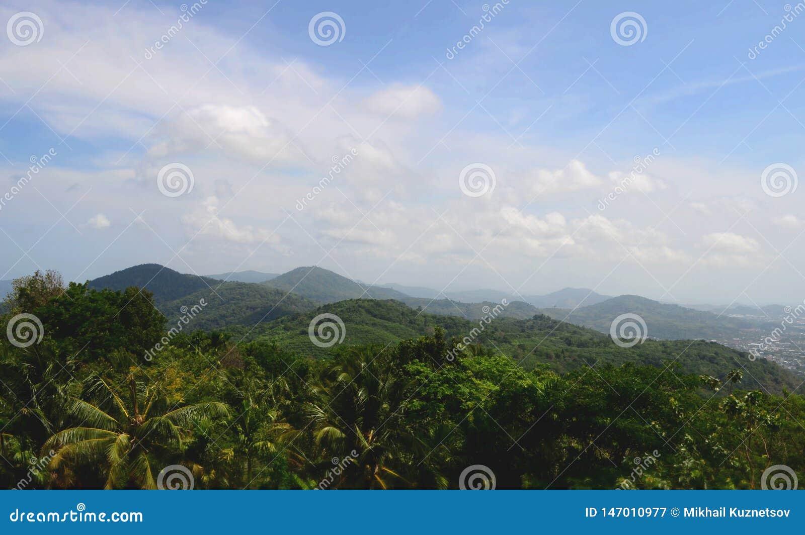 Härlig sikt över bergskedjan på det västra av Thailand