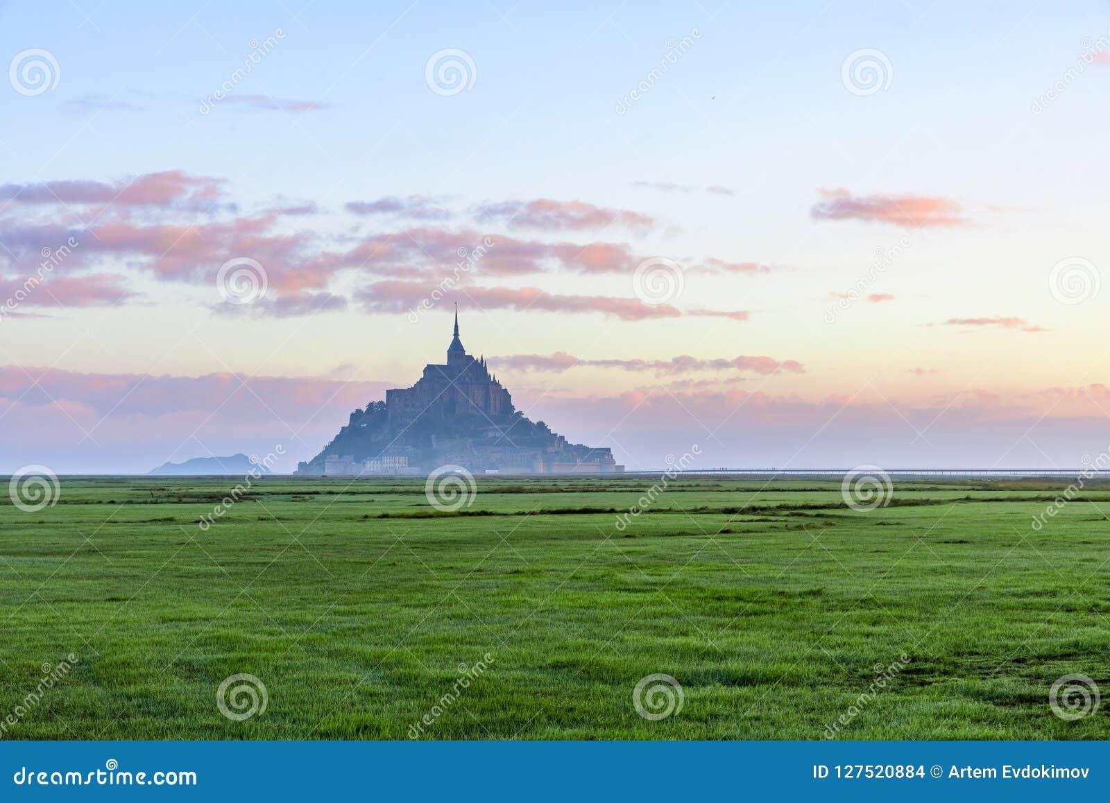 Härlig sikt av den berömda abbotskloster för Le Mont Saint Michel på ön, Normandie, nordliga Frankrike, Europa