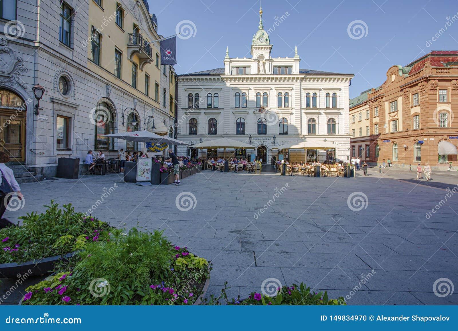 Härlig sikt av den centrala fyrkantiga gatan på härlig sommardag H?rliga bakgrunder Uppsala sweden