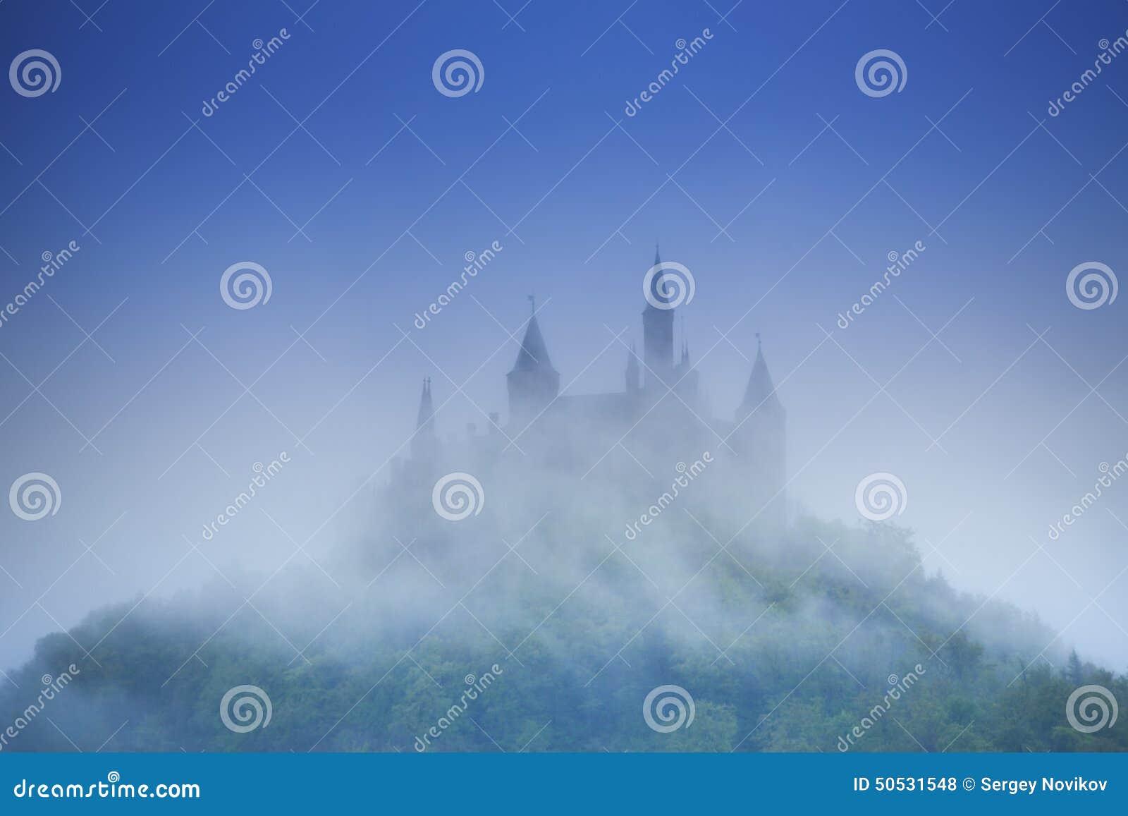 Härlig sikt av den Hohenzollern slotten i ogenomskinlighet