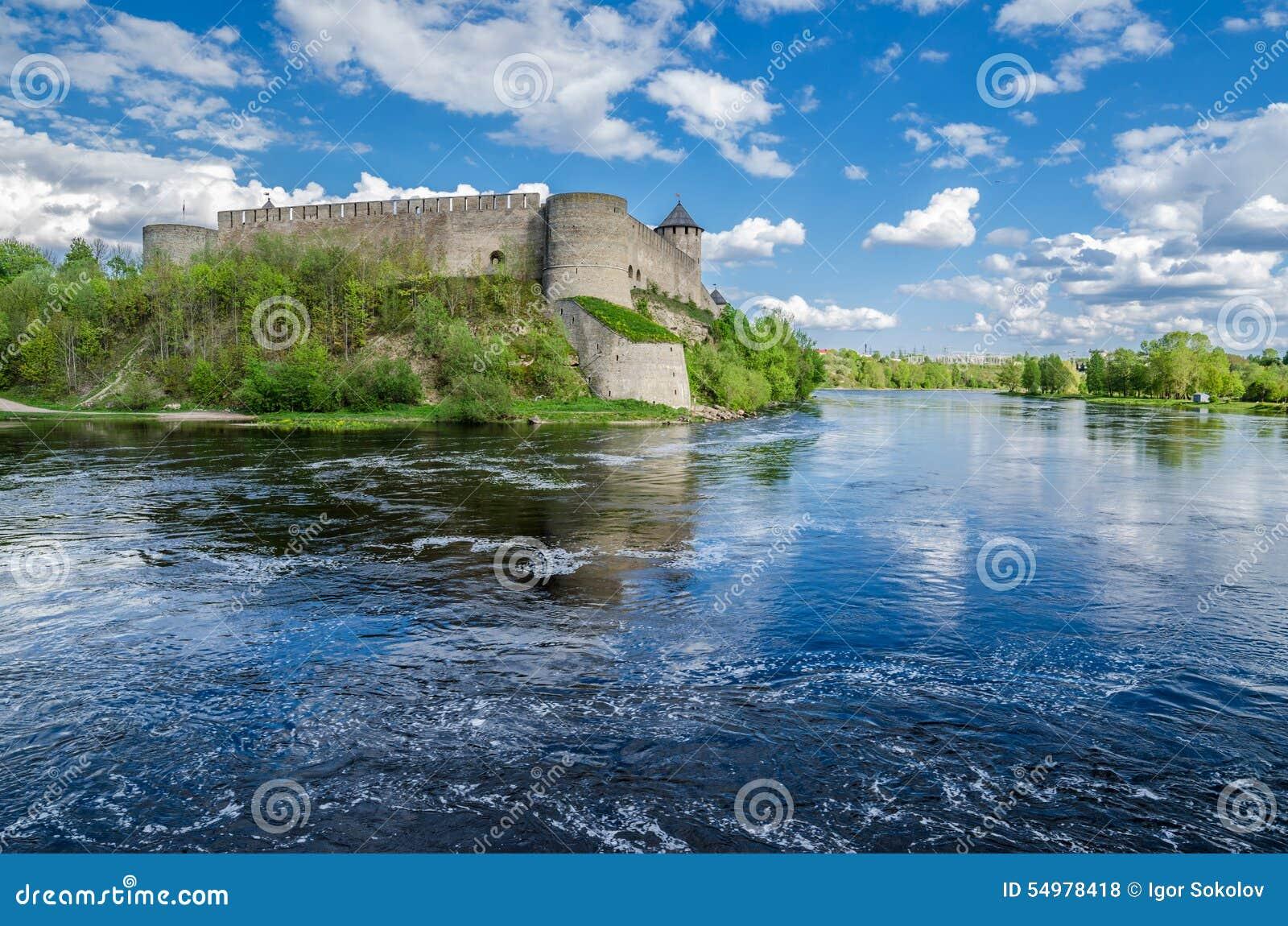 Härlig sikt av den Ivangorod fästningen