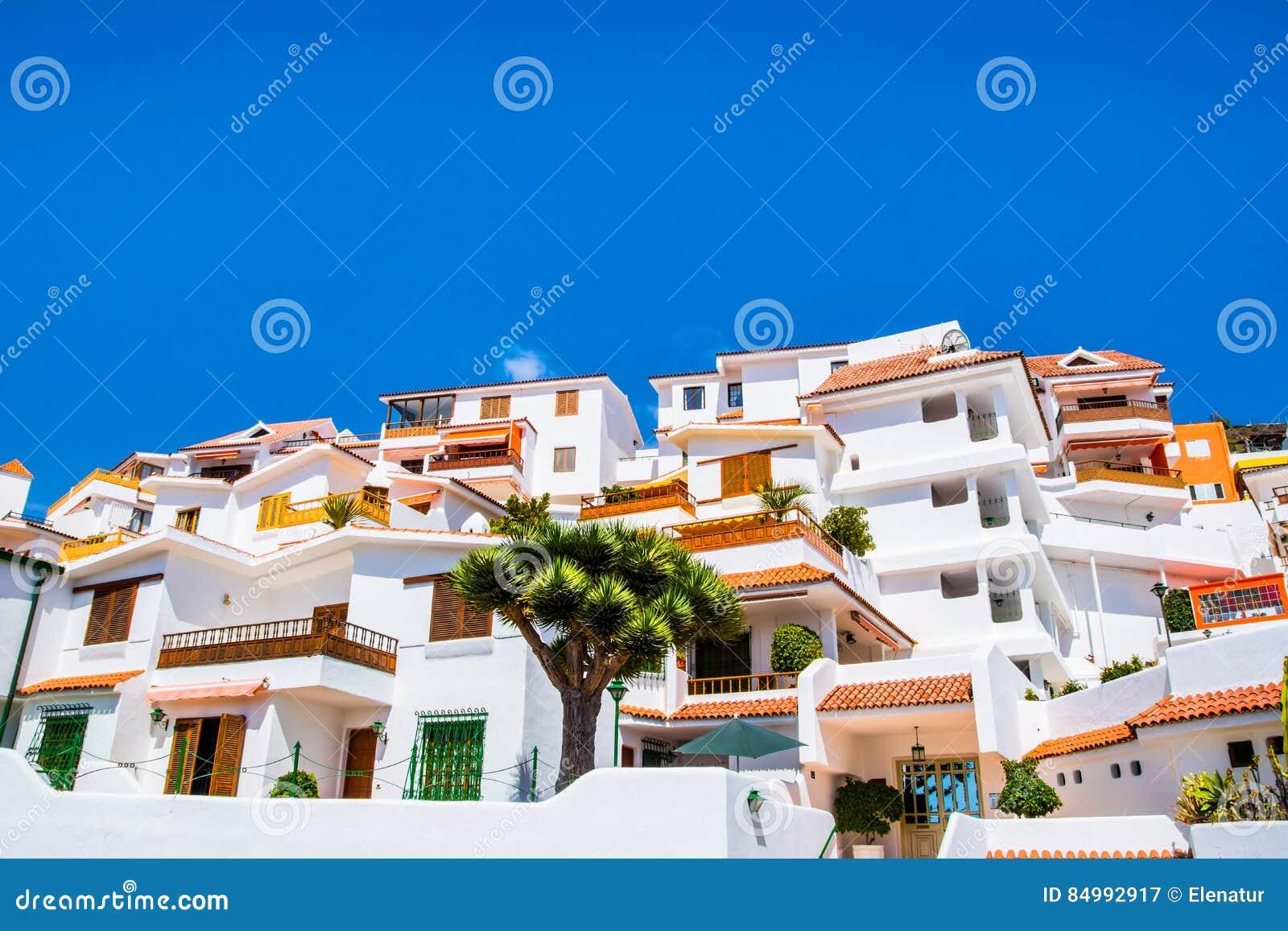 Härlig sikt av den traditionella arkitekturen av Los Cristianos