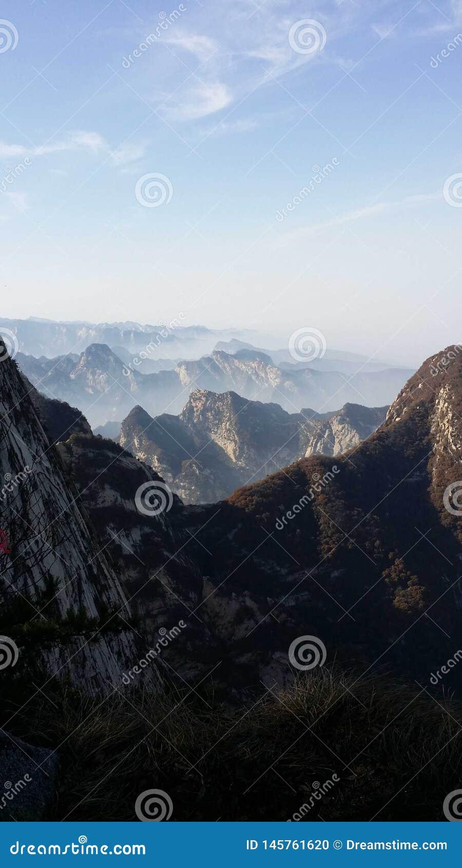 Härlig sikt av det Huashan bergmaximumet i morgonen