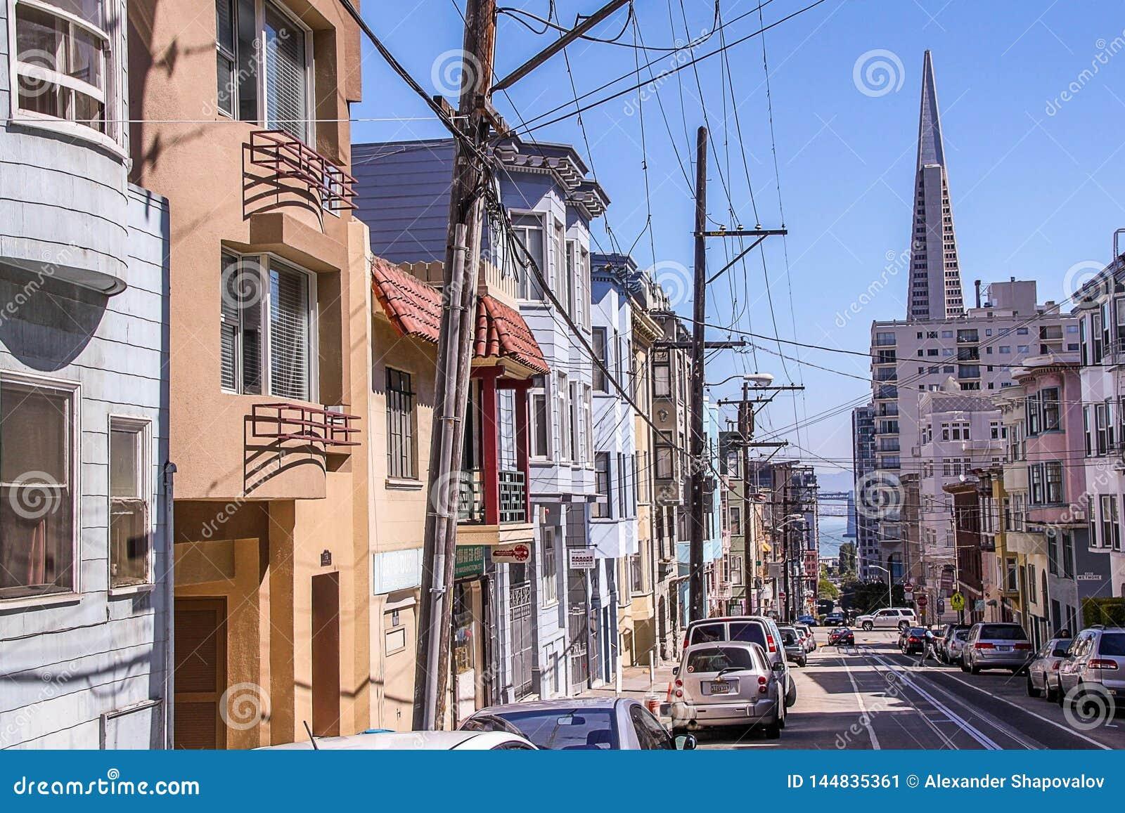 H?rlig sikt av en av gator av San Francisco H?rliga landskapbakgrunder