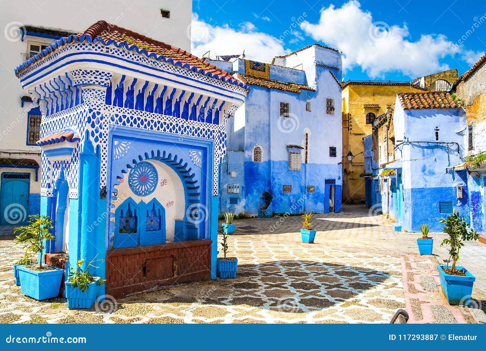Härlig sikt av fyrkanten i den blåa staden av Chefchaouen Lo