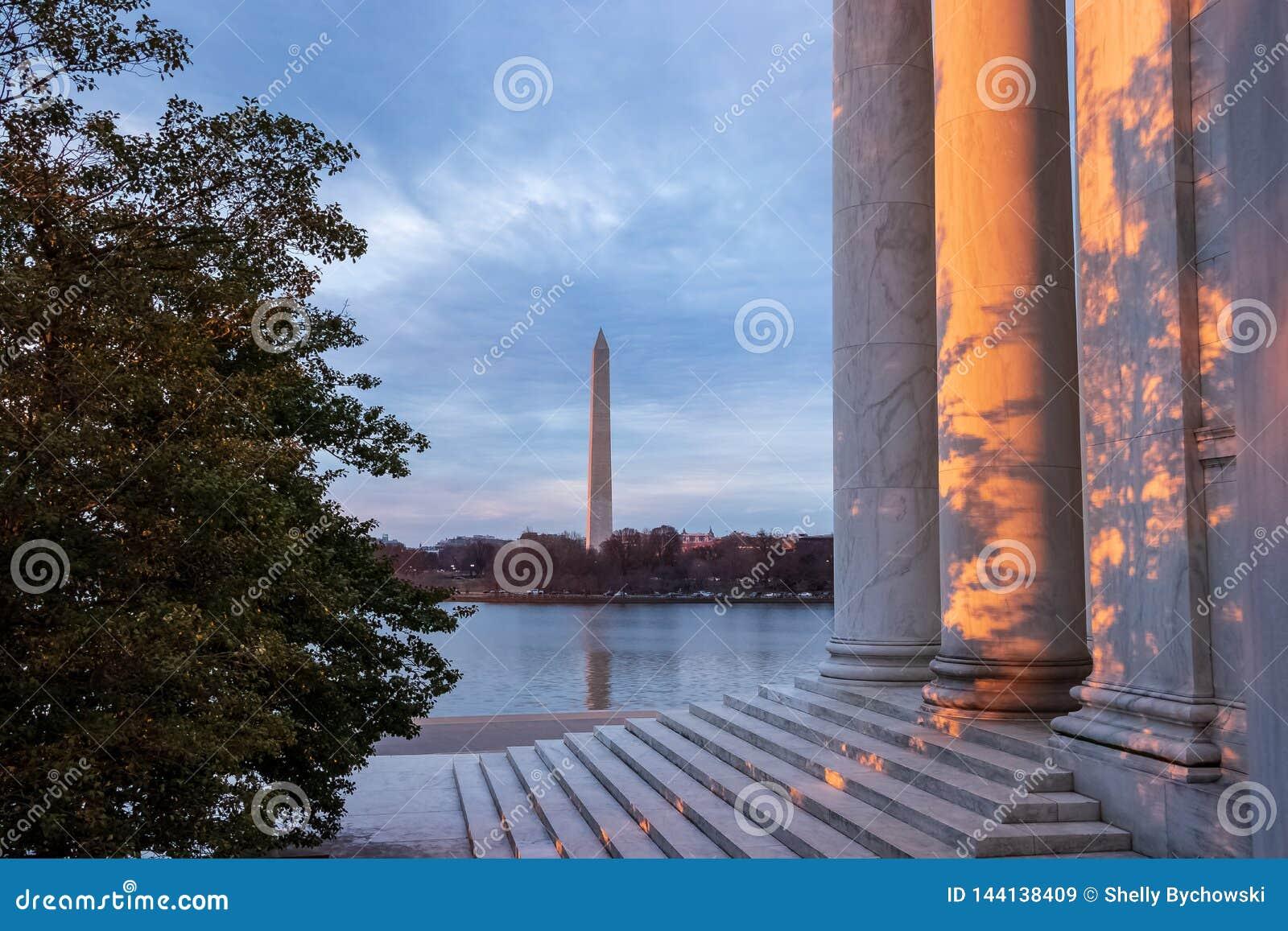 Härlig sikt av skuggor och solnedgången på Jefferson Memorial med Washington Monument i bakgrund