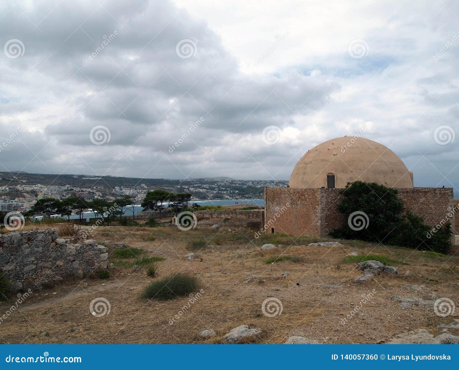 Härlig sikt från fästningen av Fortezza i den Cretan staden av Rethymnon