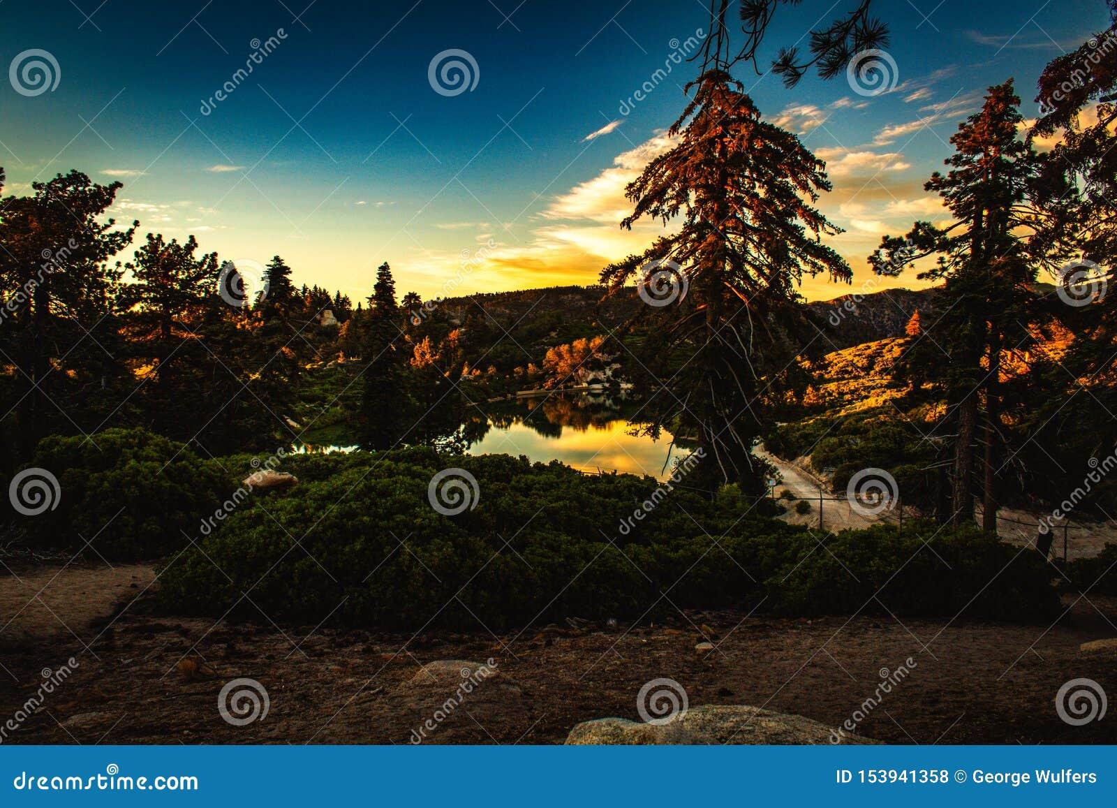 Härlig sjö under solnedgången