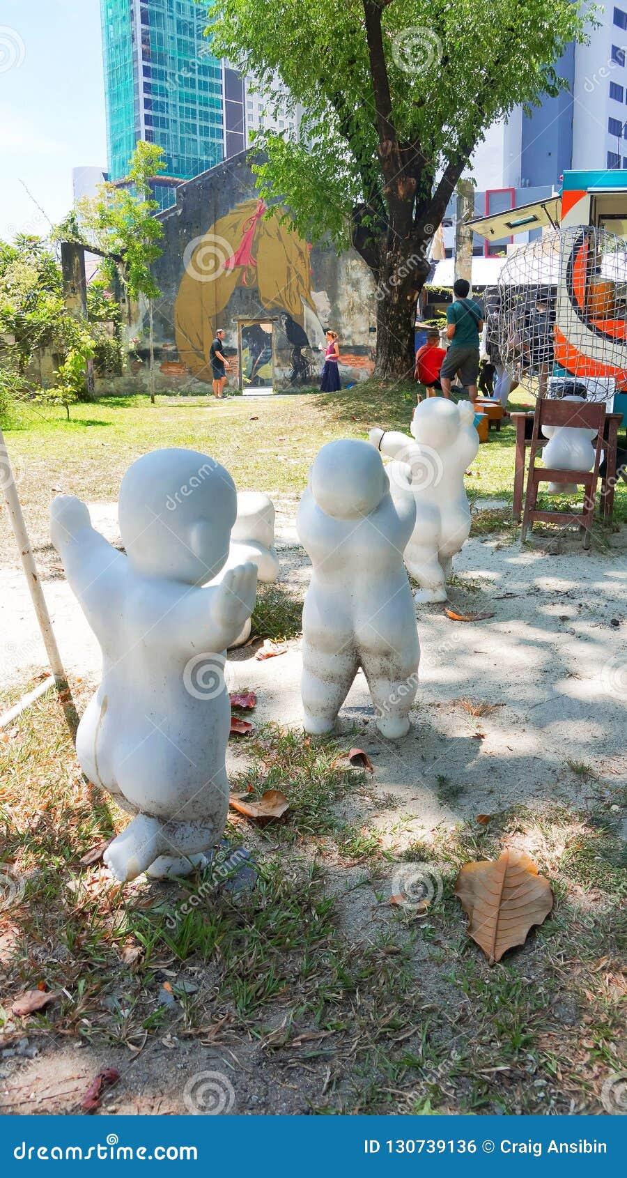 Härlig skulpturkonst av ungar som kör i Penang