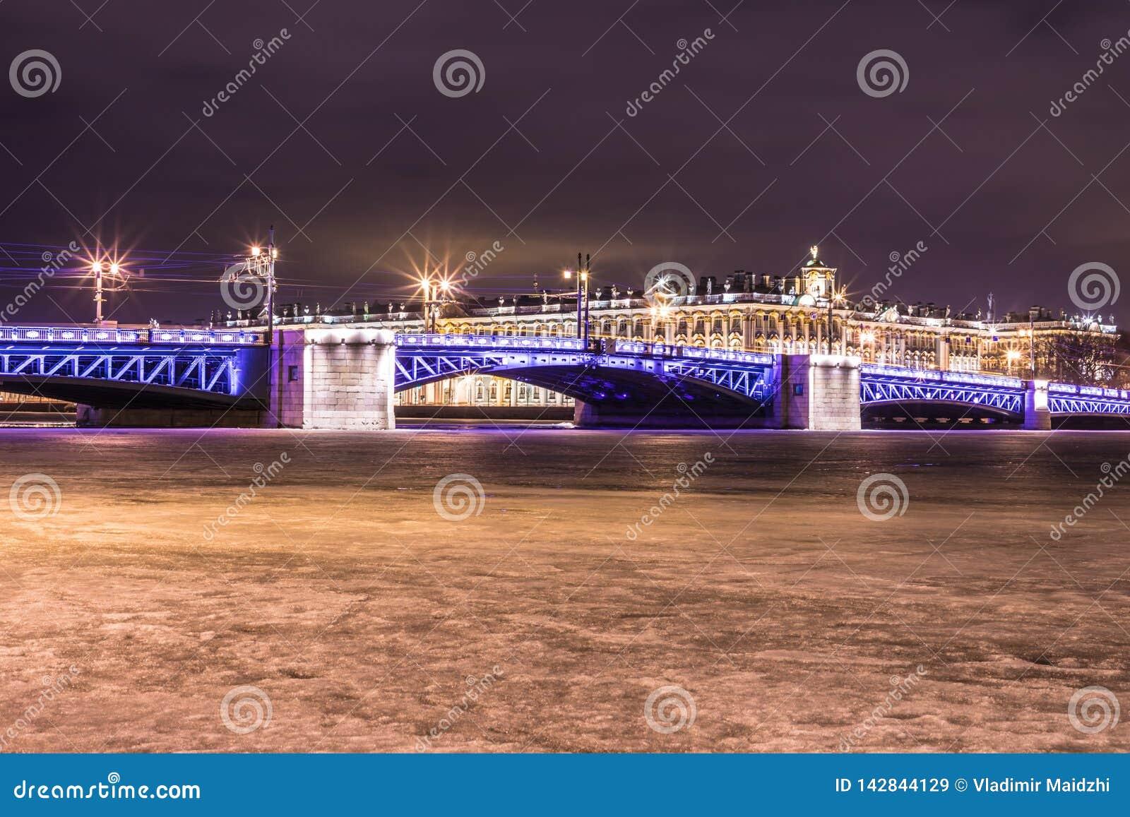 Härlig slottbro på Neva River i St Petersburg i Ryssland mellan slottfyrkanten och den Vasilievsky ön i vintertid