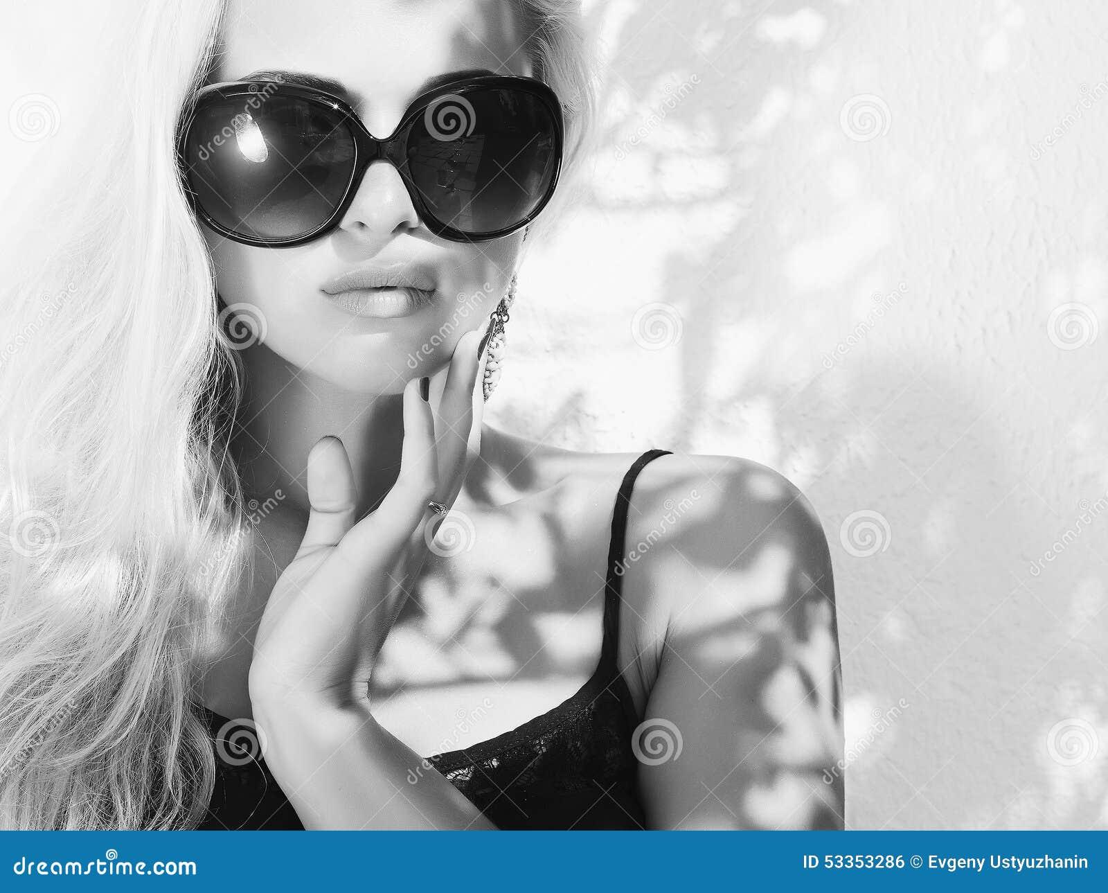 Härlig solglasögonkvinna