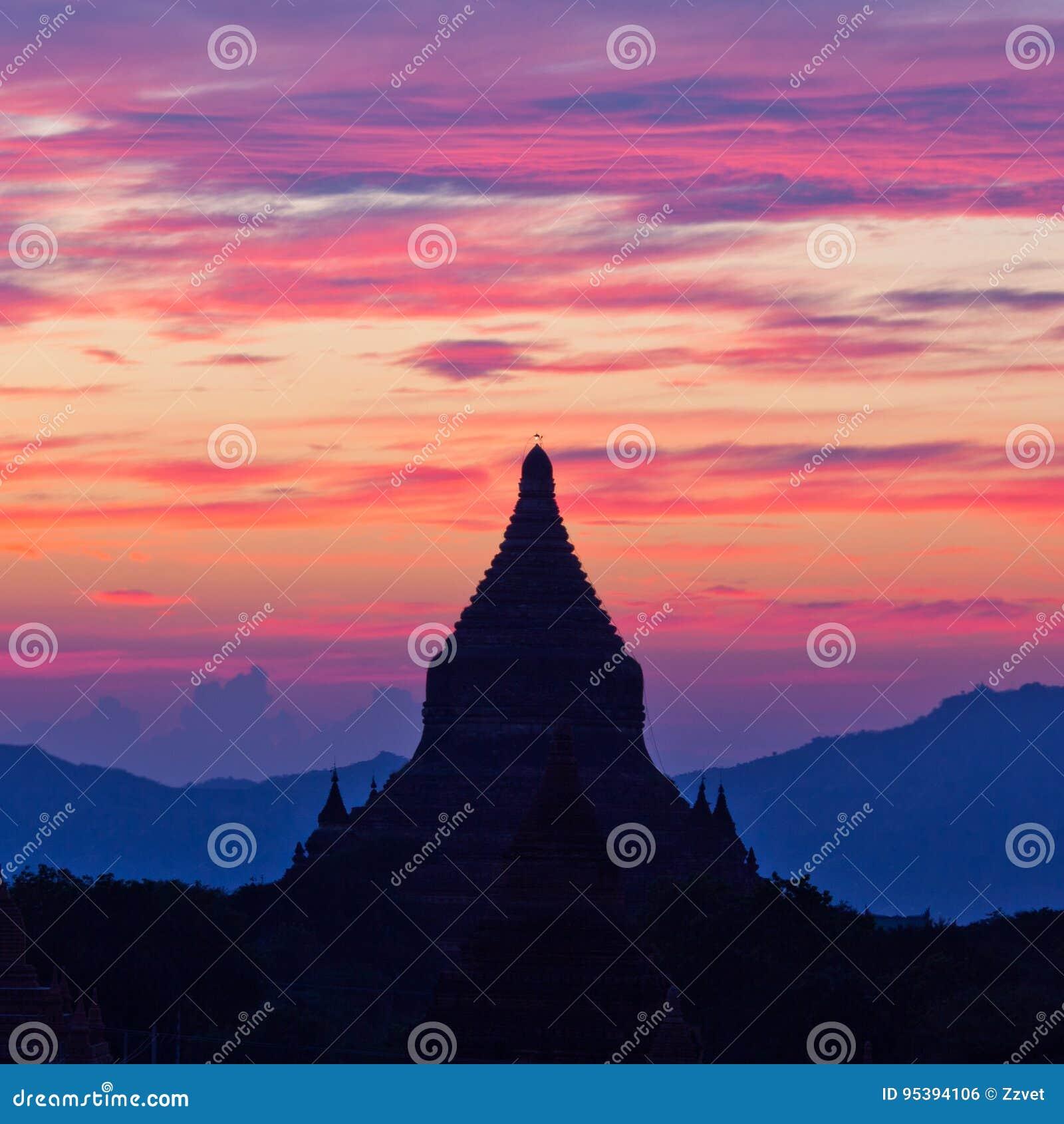 Härlig solnedgång i den Bagan Archaeological zonen, Myanmar