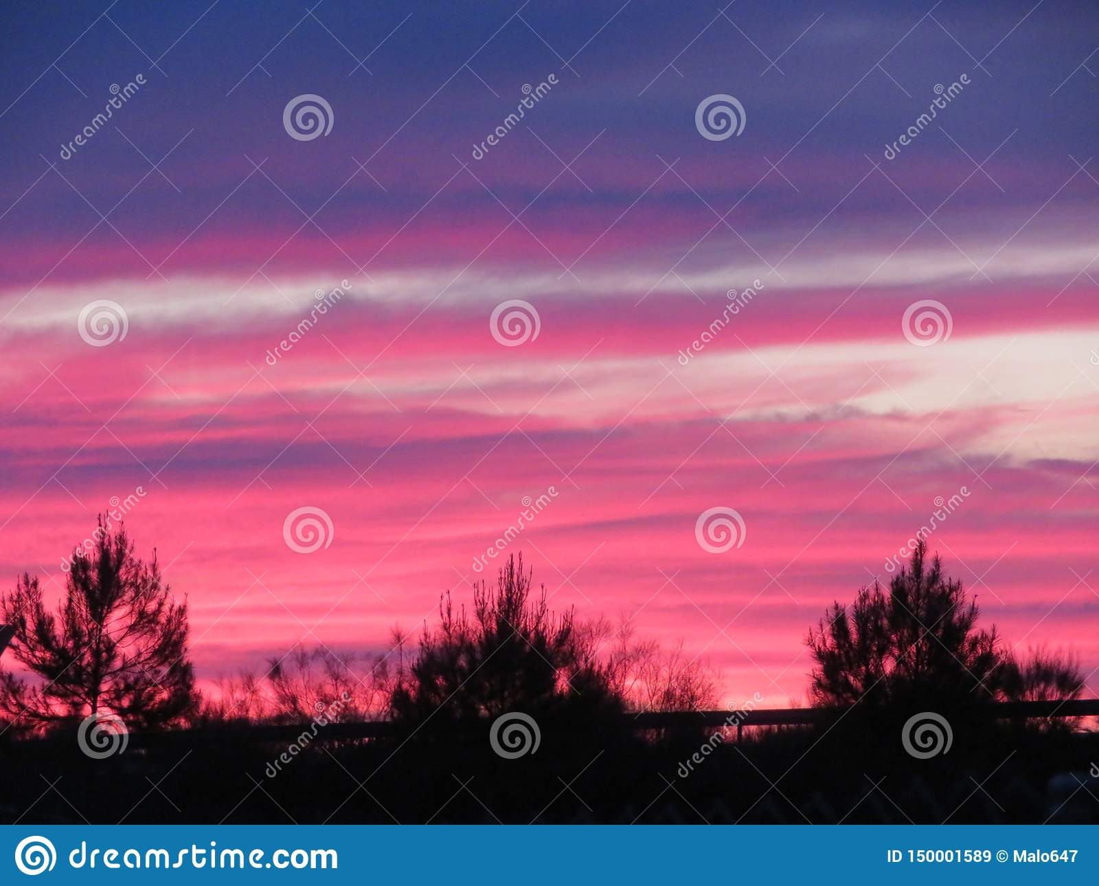 Härlig solnedgång med en oerhörd färg av molnen