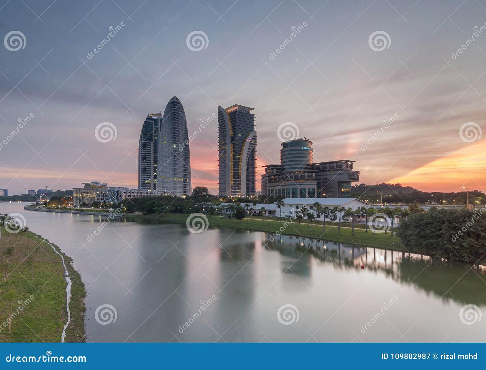 Härlig solnedgång nära floden