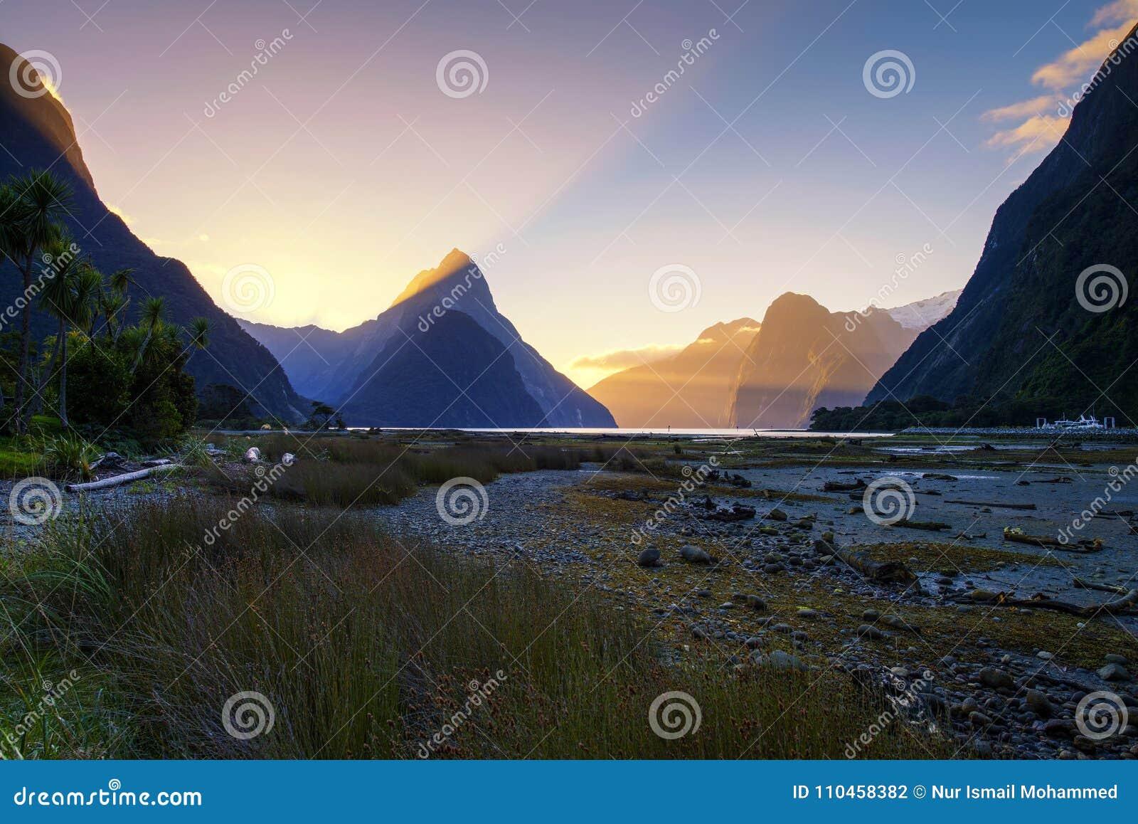 Härlig solnedgångsikt av Mitremaximumet på Milford Sound, södra ö, Nya Zeeland