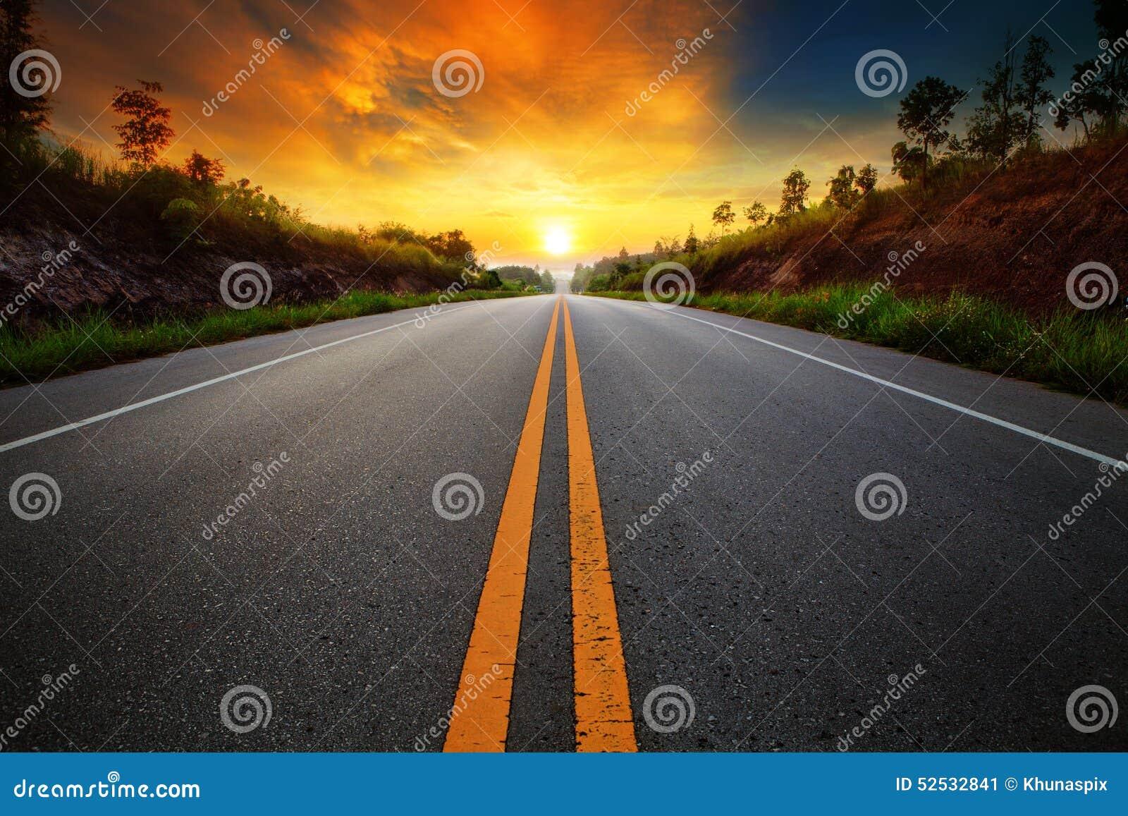 Härlig solresninghimmel med asfalthuvudvägvägen i lantlig sce