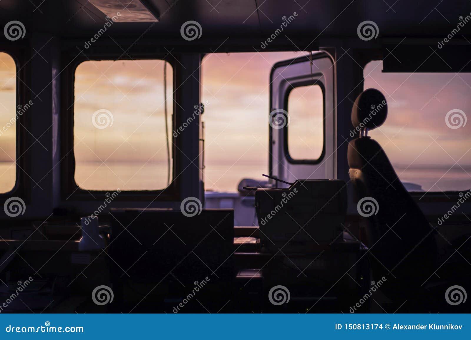 Härlig soluppgång på Östersjön Sikt fr?n bron av lastskytteln Under morgonklockan Bakgrund blurriness