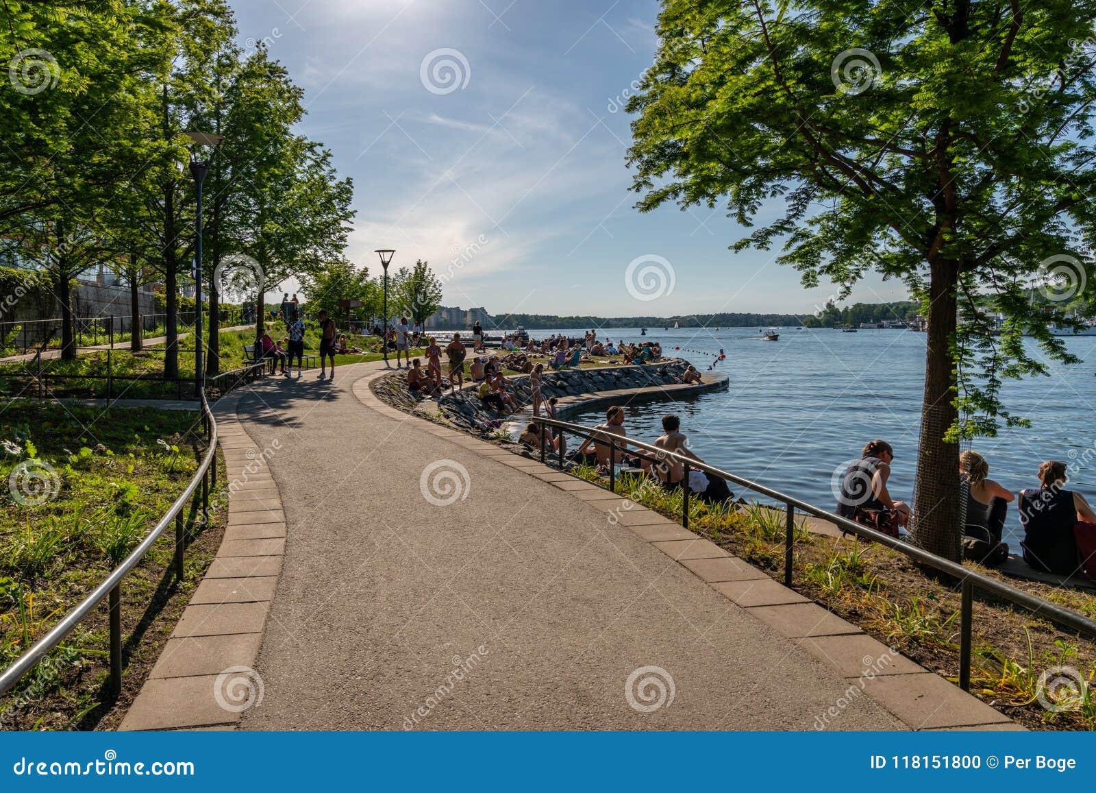 Härlig sommarstadsgångbana vid vattnet