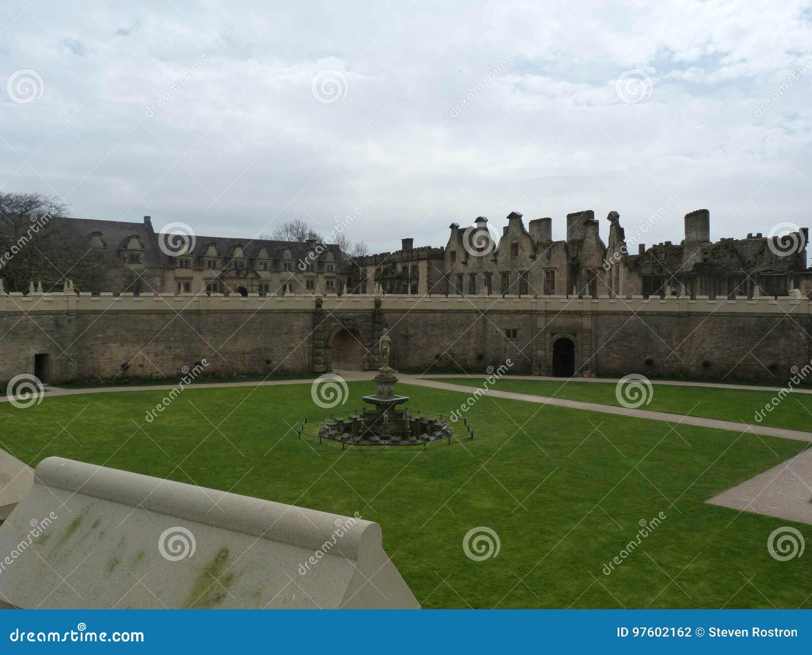 Härlig springbrunn i en slottträdgård