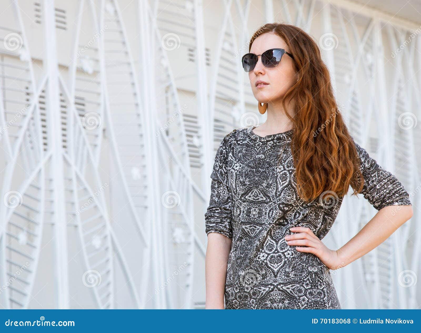 Härlig stående av en kvinna av mode