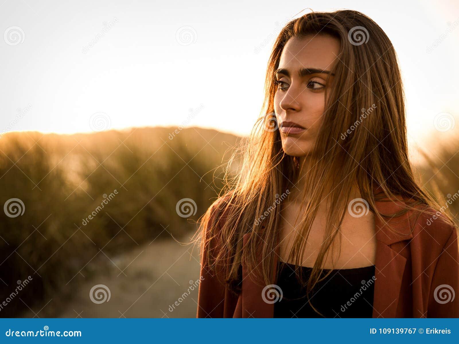 Härlig ståendekvinna för strand