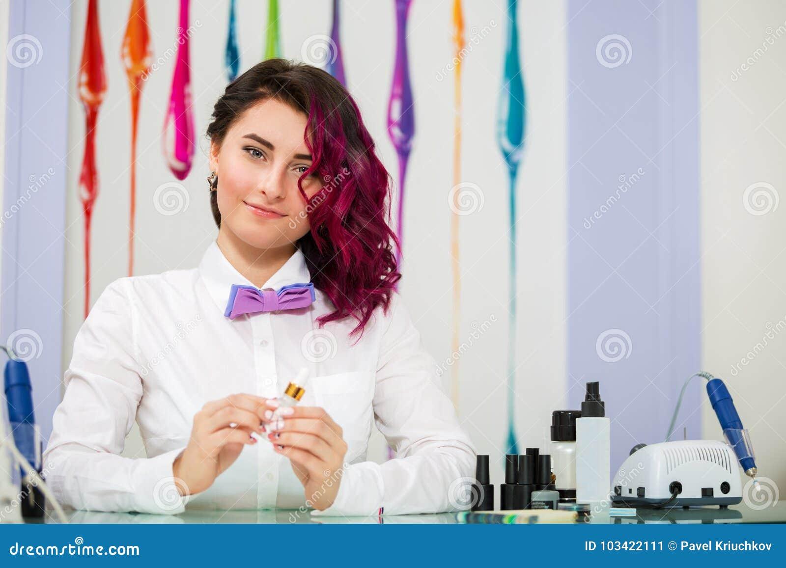 Härlig ståendekvinna manicurist