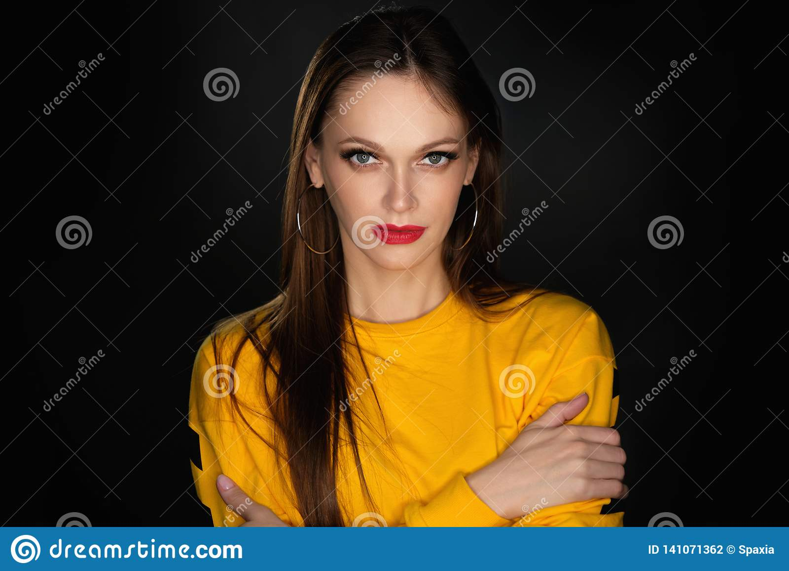 Härlig ståendestudiokvinna