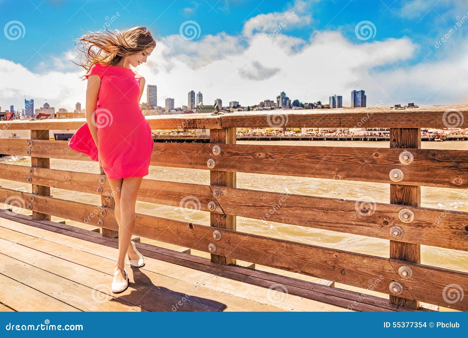 Härlig stads- kvinna, flicka på pir
