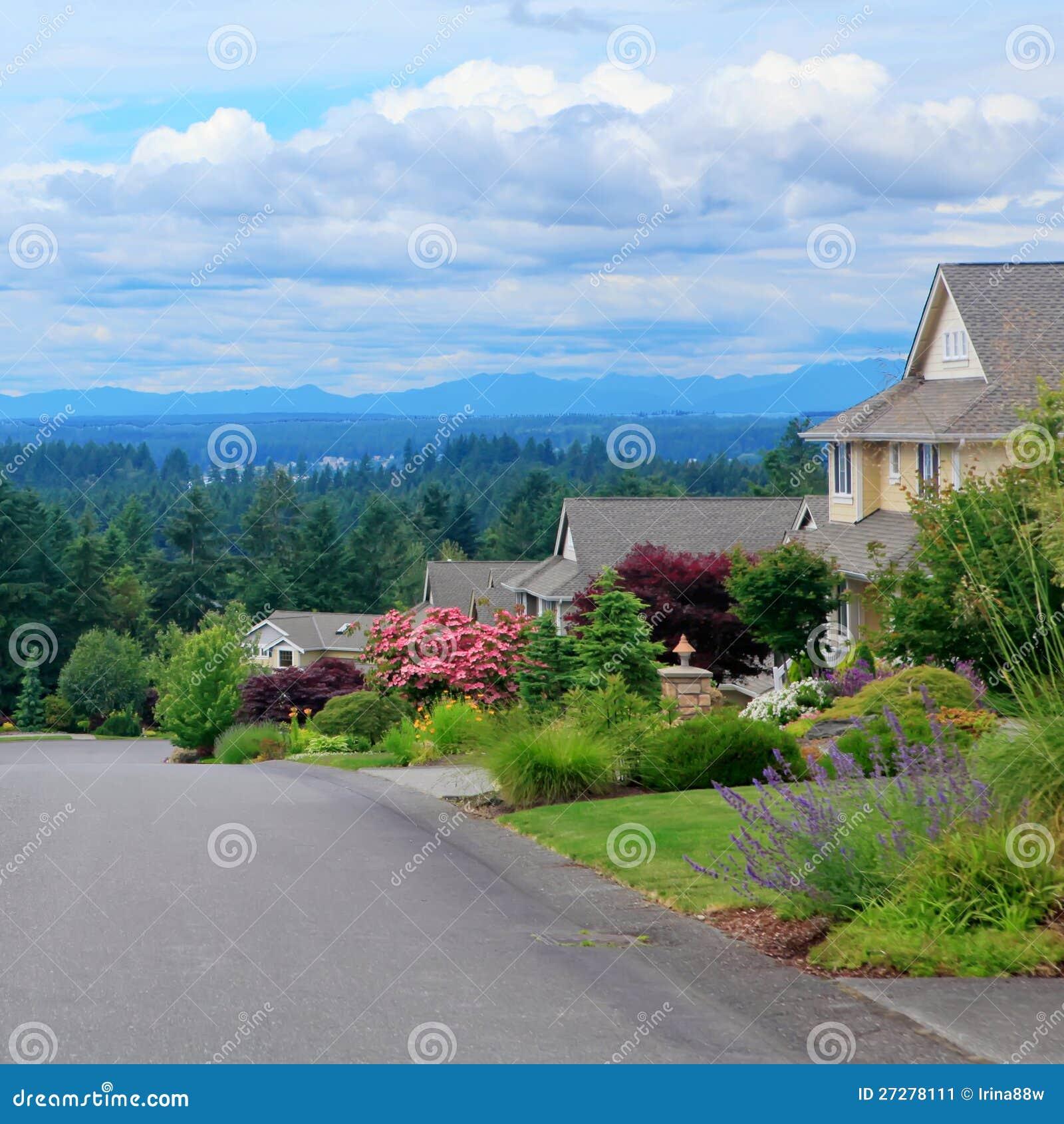 Härlig stree med hus och bergsikt.
