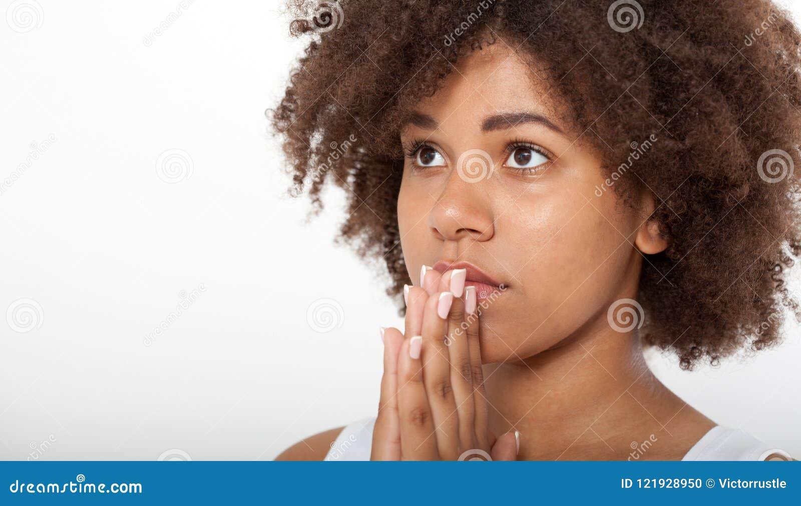 Härlig svart kvinna för stående som tillsammans ber, ung flicka med henne händer, closeuputtryck Religiontro och