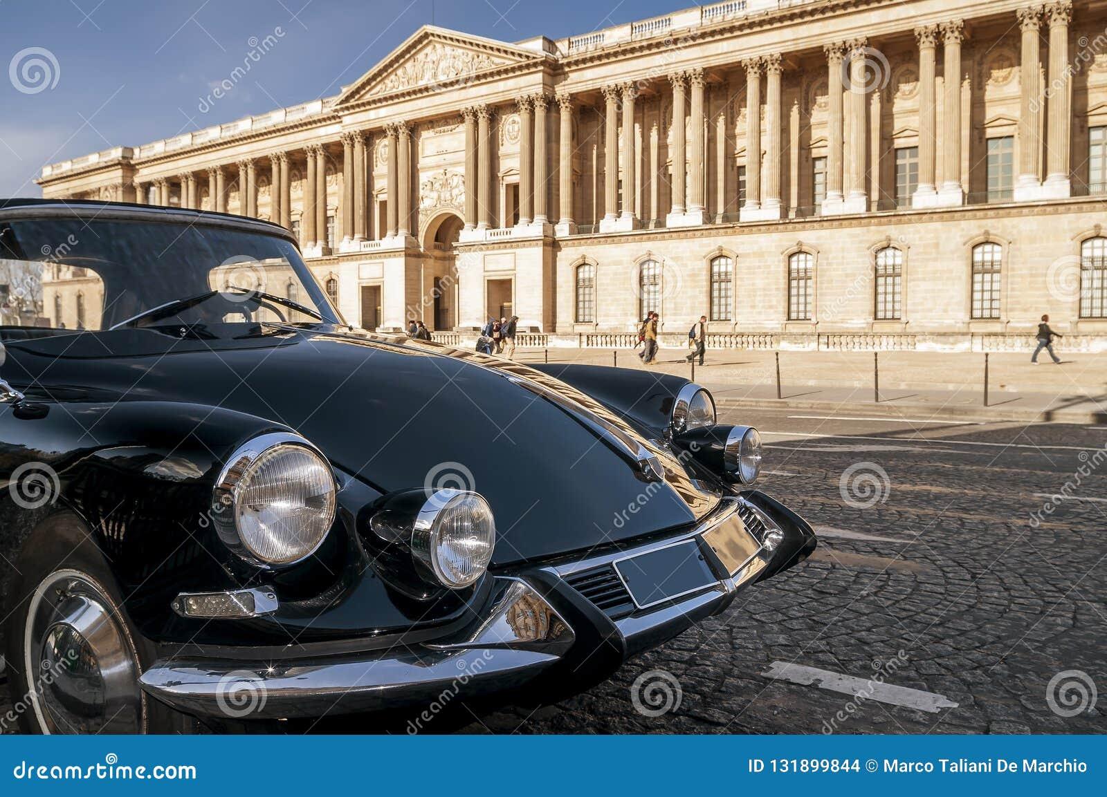 Härlig svart tappningbil som framme parkeras av Louvremuseet, Paris, Frankrike