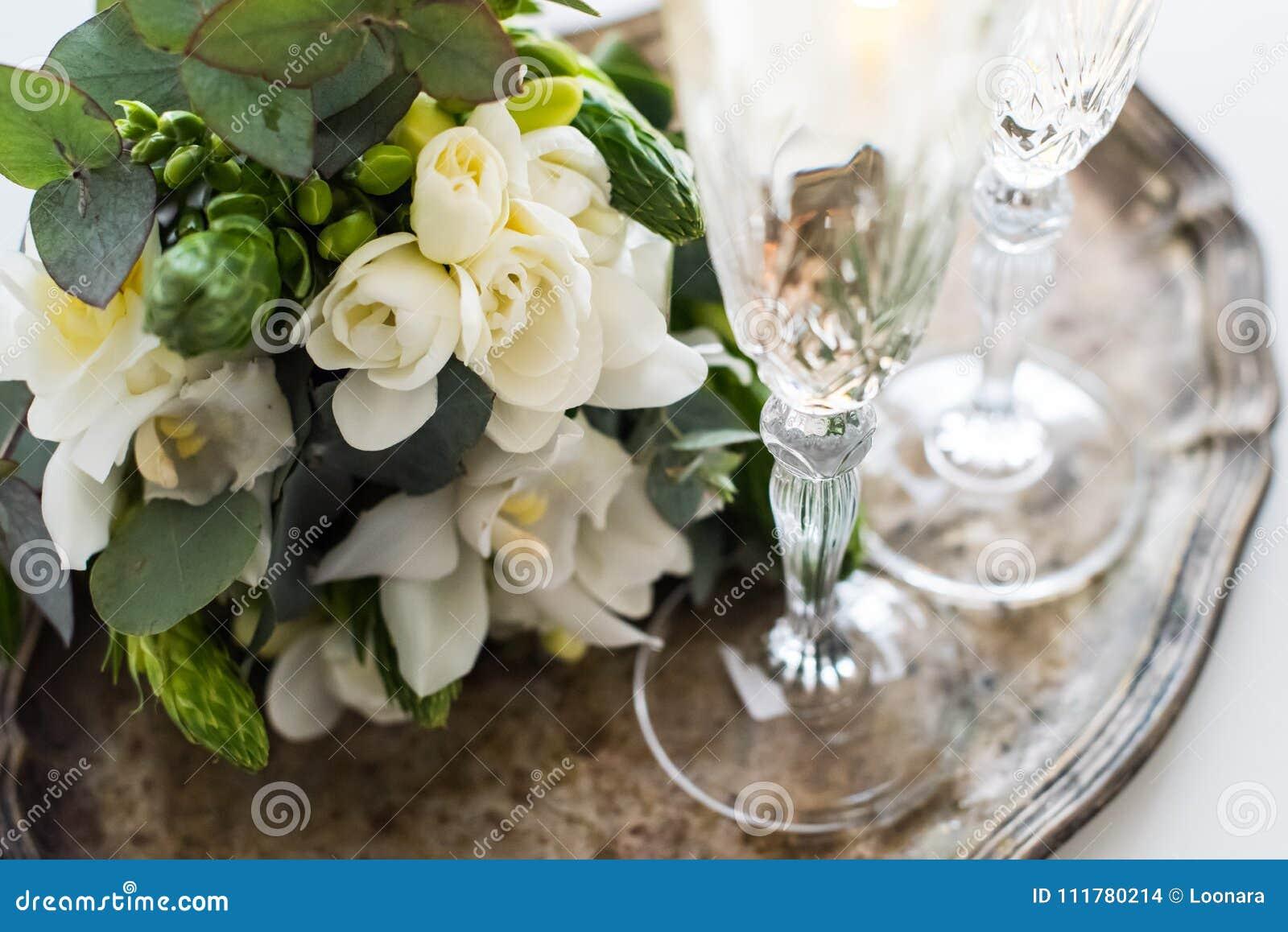 Härlig tappningbröllopgarnering med champagne och vit fl