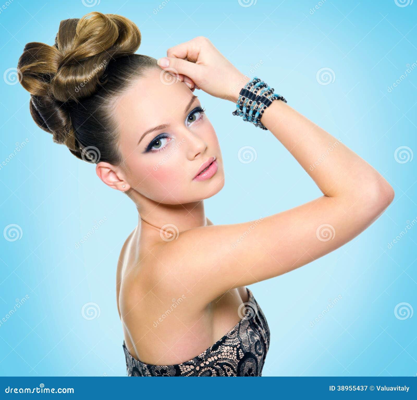 Härlig tonårig flicka med den moderna frisyren