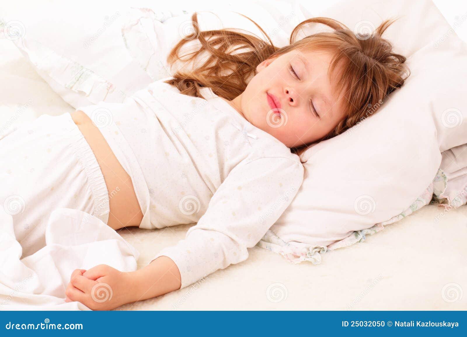 Härlig underlagflicka little som sovar
