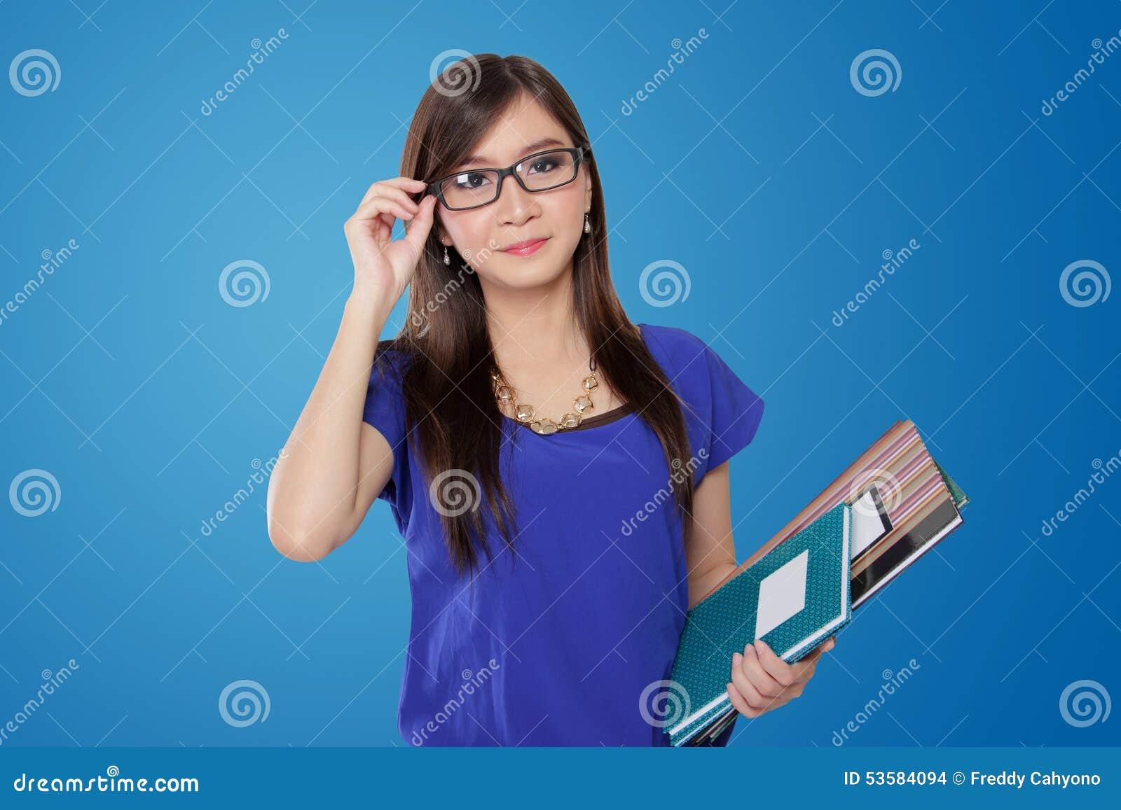 Härlig ung asiatisk lärare i exponeringsglas, på blå bakgrund