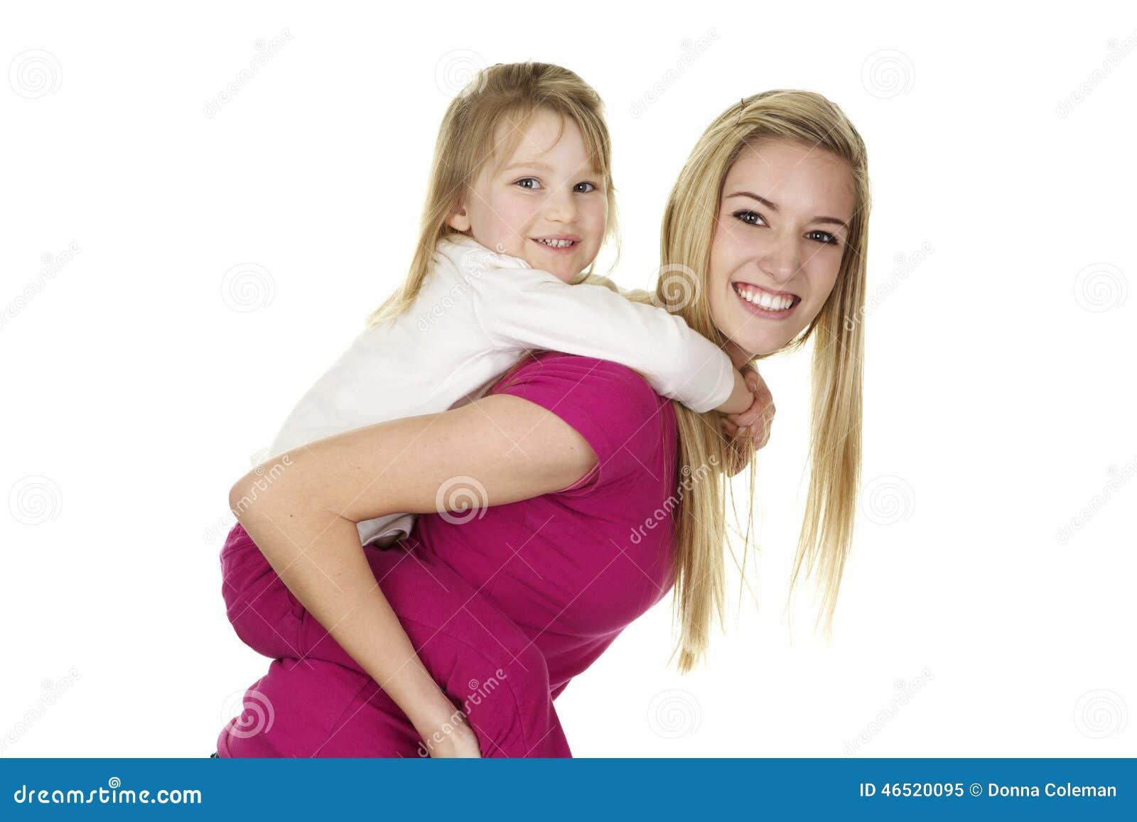 Härlig ung barnflickaGiving lite flicka en ridtur på axlarnaritt