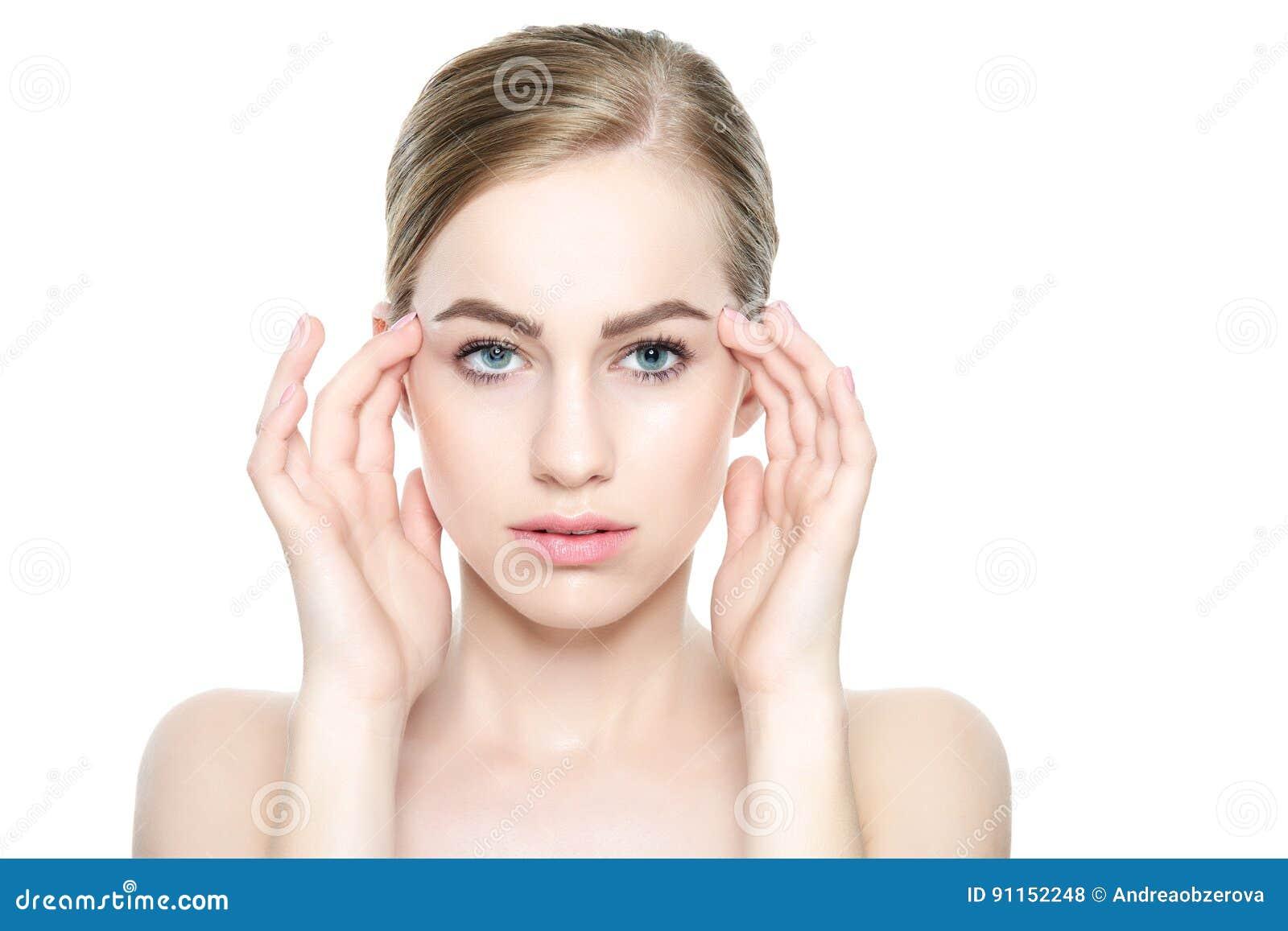 Härlig ung blond kvinna med perfekt hud som trycker på hennes framsida Ansikts- behandling Cosmetology, skönhet och brunnsortbegr