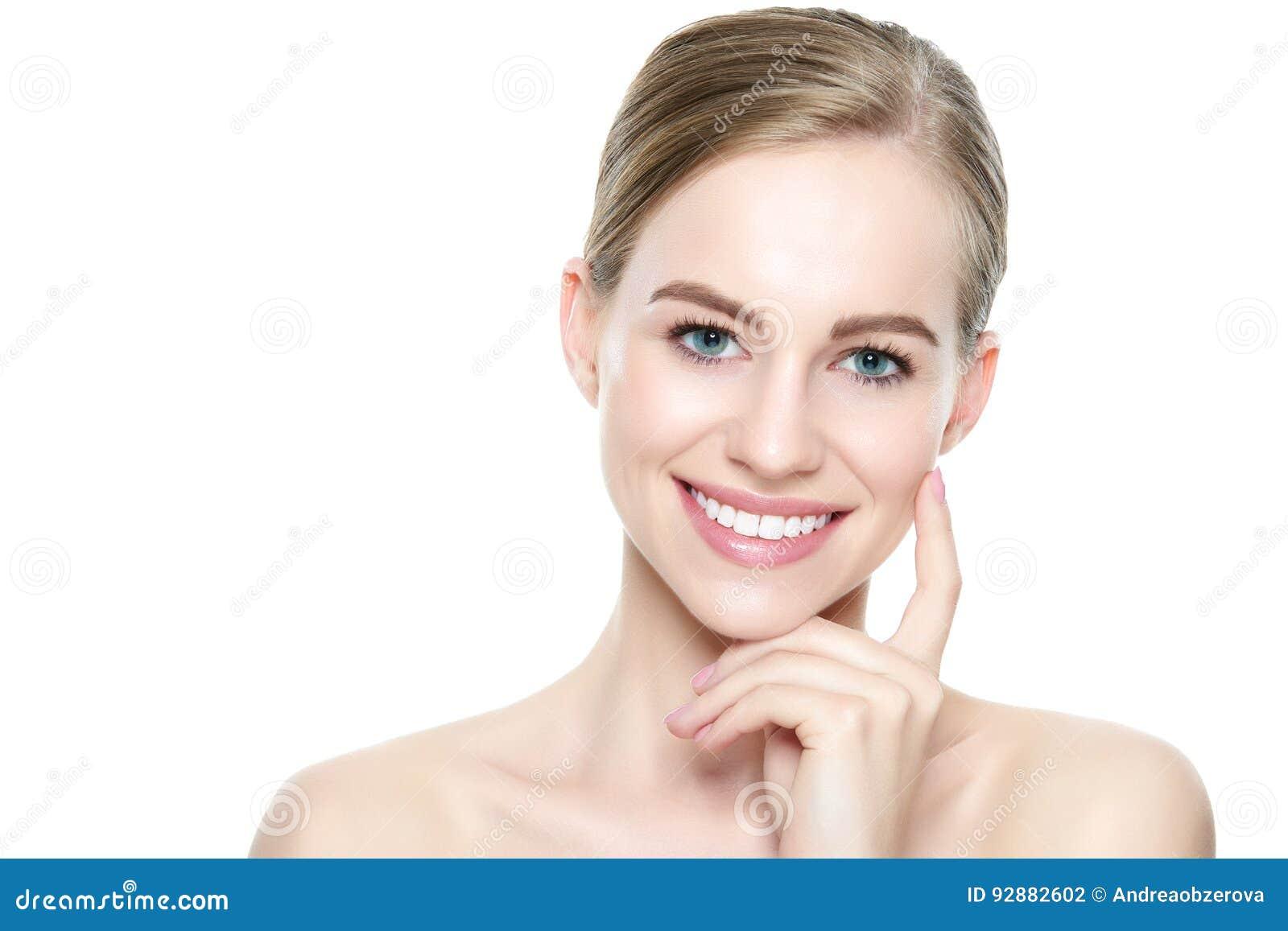 Härlig ung blond le kvinna med ren hud, naturligt smink och perfekta vita tänder